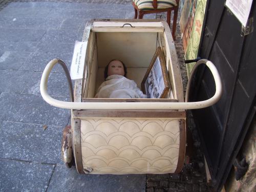 Неужто мама возила меня в такой колясочке? Ужас!