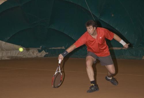 Олег играет в теннис